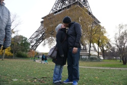 The ever-romantic Eiffel Tower kissing picture
